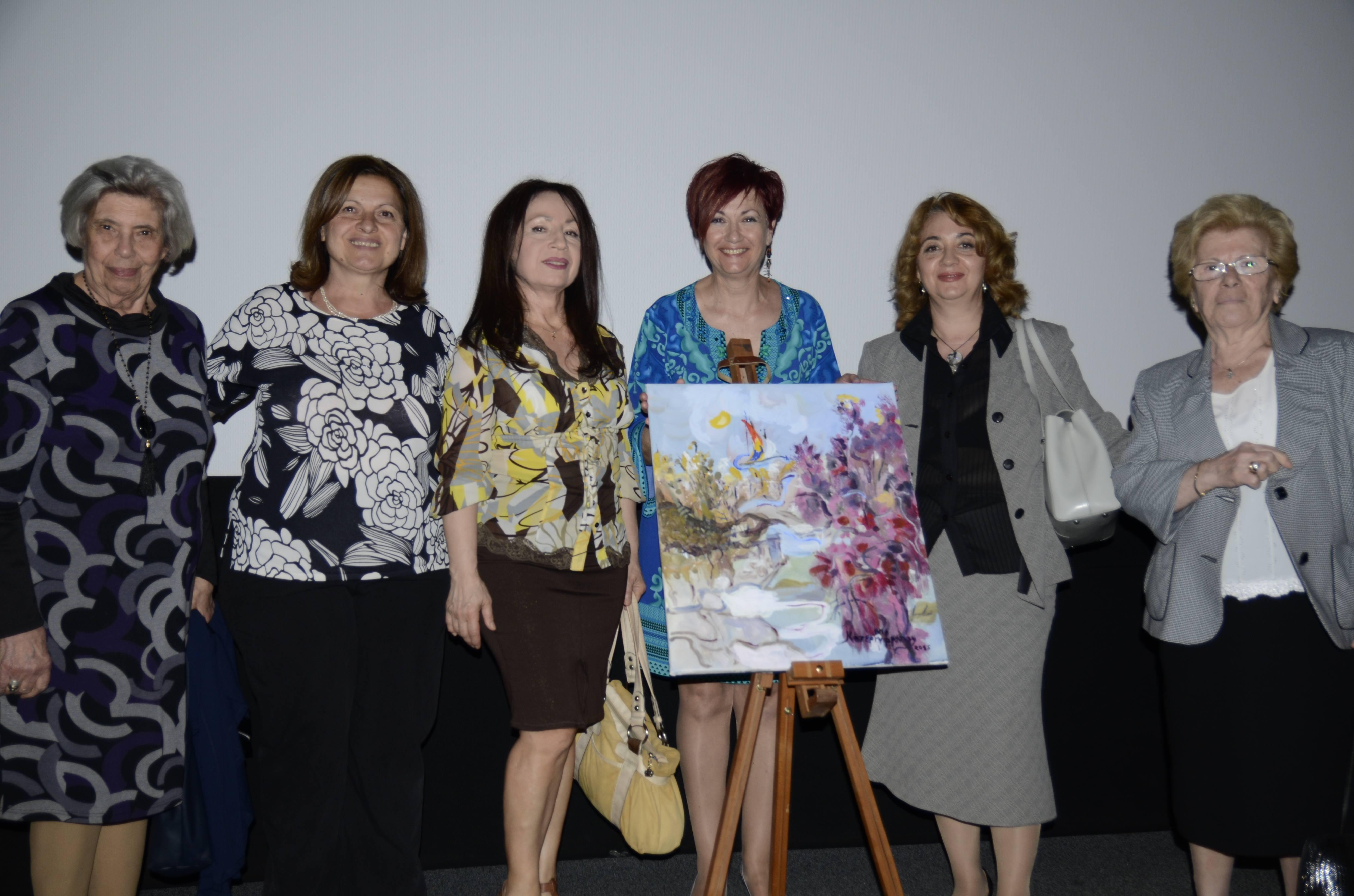 Το Διοικητικό Συμβούλιο του ΠΕΚ/ΑμεΑ με την ζωγράφο, κα Κατερίνα Μουρούζη-Μάρκου (από αριστερά προς τα δεξιά : Χρυσή Γιδοπούλου, Ταμίας - Άννα Μητσάκου, Γ. Γραμματέας - Κατερίνα Μουρούζη-Μάρκου, Ζωγράφος - Φωτεινή Μάργαρη, Πρόεδρος ΔΣ - Όλγα Τσαγγαλίδη, Μέλος ΔΣ - Αργυρώ Φουντουλάκη, Αντιπρόεδρος ΔΣ)