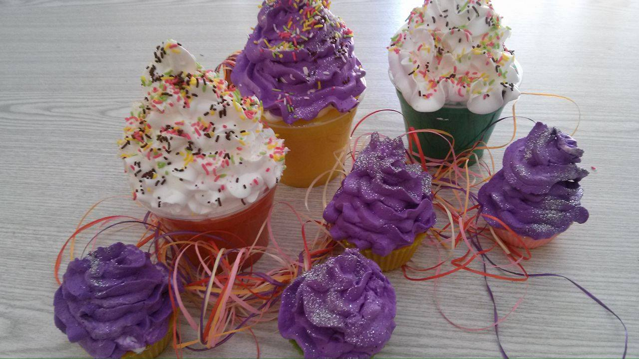 Τα γιγάντια cup cakes μαζί με τα κλασικά